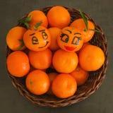 Яркие сочные tangerines с листьями в плетеной корзине смешной fa Стоковое Фото