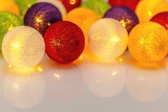 Яркие сферы гирлянды рождества Стоковые Изображения RF