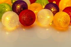 Яркие сферы гирлянды рождества Стоковая Фотография