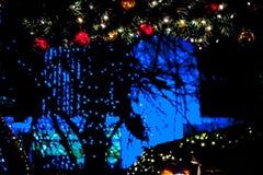 Яркие украшения Рождественская ярмарка ` s Эдинбурга, принцы Улица стоковое изображение rf