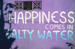 Яркие фиолетовые предпосылка/текстура стены с письмами стоковое фото