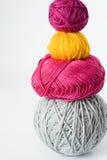 Яркие шарики пряжи лежа на предпосылке Стоковые Изображения