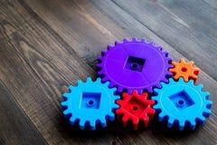 Яркие шестерни для большой технологии работы команды и правильного механизма на деревянном copyspace предпосылки Стоковая Фотография RF
