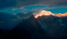Яркие широко раскинувшийся горы стоковая фотография rf