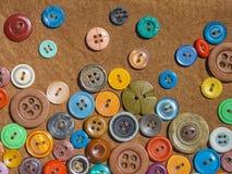 Яркие шить кнопки на ткани кабанины стоковая фотография rf