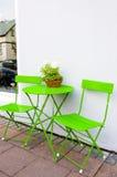 Яркие ые-зелен таблица и стулья кафа на Reykjavik Исландии Стоковые Фото