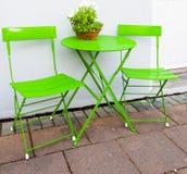 Яркие ые-зелен таблица и стулья кафа на Reykjavik Исландии Стоковое фото RF