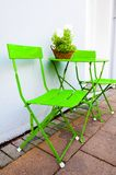 Яркие ые-зелен таблица и стулья кафа на Reykjavik Исландии Стоковые Изображения RF