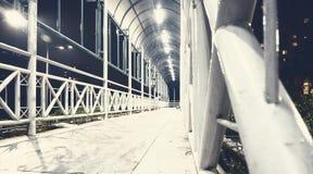 Яркий белый пешеходный мост на ноче стоковое фото rf