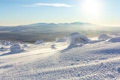 Яркий белый снег на горных склонах с горами на горизонте в зиме Стоковые Фото