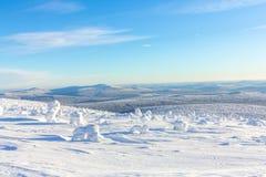 Яркий белый снег на горных склонах с горами на горизонте в зиме Стоковое фото RF