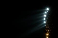 Яркий белый и желтый стадион освещает с туманом Стоковые Фотографии RF