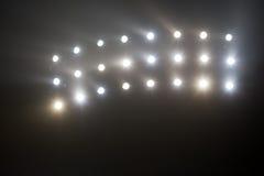 Яркий белый и желтый стадион освещает с туманом Стоковая Фотография