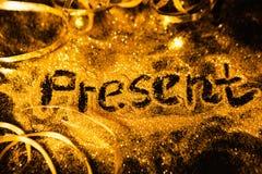 Яркий блеск золота праздников Нового Года присутствующий сияющий Стоковое Изображение RF