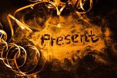 Яркий блеск золота праздников Нового Года рождества присутствующий Стоковая Фотография