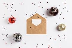 Яркий блеск шариков состава украшения конверта поздравительной открытки рождества играет главные роли Стоковая Фотография