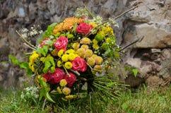 Яркий букет дизайна розовых роз и желтых хризантем Стоковые Фотографии RF