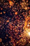 Яркий блеск искусства освещает предпосылку темное золото и чернота defocused стоковое фото rf