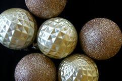 Яркий блеск и обитые безделушки рождества текстуры Стоковые Фотографии RF