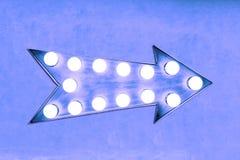 Яркий голубого фиолетового цвета винтажный и красочный загоренный металлический знак стрелки дисплея Стоковые Изображения RF