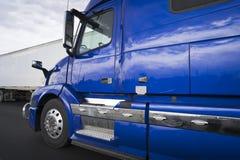 Яркий голубой большой снаряжения трактор semi с кабиной долгого пути стоковая фотография rf