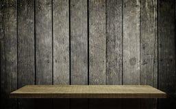 Яркий деревянный дисплей полки на grungy деревянной стене Стоковые Изображения