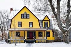 Яркий желтый викторианский дом предусматриванный в снеге стоковые изображения rf