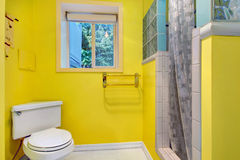 Яркий желтый интерьер ванной комнаты Стоковое Фото
