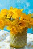 Яркий желтый Narcissus цветет букет в желтой стеклянной вазе, Стоковые Изображения RF