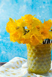 Яркий желтый Narcissus цветет букет в желтой стеклянной вазе, Стоковое фото RF