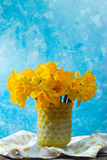 Яркий желтый Narcissus цветет букет в желтой стеклянной вазе, Стоковая Фотография RF