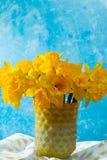 Яркий желтый Narcissus цветет букет в желтой стеклянной вазе, Стоковое Изображение RF