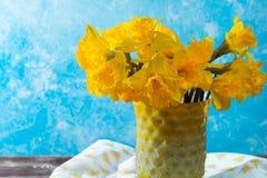 Яркий желтый Narcissus цветет букет в желтой стеклянной вазе, Стоковые Фотографии RF