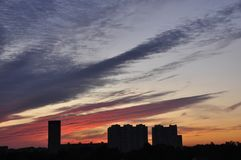 Яркий заход солнца в городском городе Стоковая Фотография