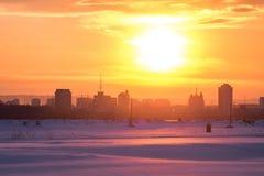 Яркий заход солнца зимы над китайским городком стоковая фотография rf