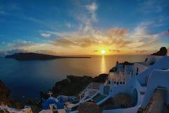 Яркий заход солнца в острове Santorini Стоковая Фотография RF