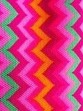 Яркий зигзаг на картине ткани стоковые фото