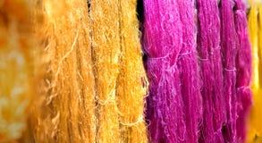 Яркий золотой и magenta silk поток стоковое фото rf