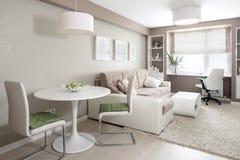 Яркий интерьер живущей комнаты стоковое изображение