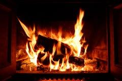 Яркий и теплый расплавленный камин с пламенами и искрами Стоковая Фотография RF