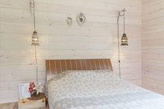 Яркий и удобный дизайн интерьера спальни в скандинавском стиле Стоковые Фото