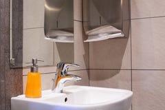 Яркий и чистый европейский туалет Стоковое фото RF