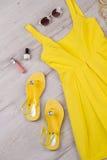 Яркий комплект одежд и аксессуаров для маленькой девочки Стоковое фото RF