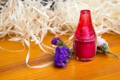 Яркий косметический опарник и высушенные цветки на деревянном столе Стоковая Фотография RF
