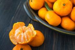 Яркий, который слезли tangerine и диск свежего оранжевого Клементина Стоковые Изображения