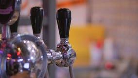 Яркий кран пива металла в баре сток-видео