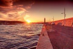 Яркий красивый красочный заход солнца, маяк в St Tropez, Fr стоковая фотография