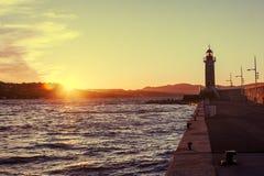 Яркий красивый красочный заход солнца, маяк в St Tropez, Fr стоковые изображения