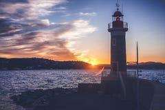 Яркий красивый красочный заход солнца, маяк в St Tropez, Fr стоковая фотография rf