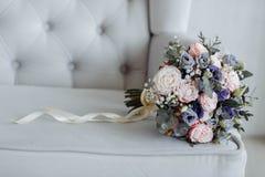 Яркий красивый bridal букет с розами и лентой стоковое фото
